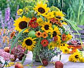 Spätsommerstrauß mit Helianthus (Sonnenblumen), Zinnia (Zinnien)