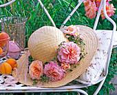 Hut dekoriert mit Blüten von Rosa (Rosen)
