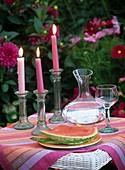 Wassermelone, Karaffe mit Wasser und Kerzen