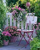 Kleiner weiß-rosa Balkon