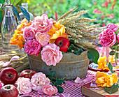 Deko zu Erntedank mit Rosa (Rosen), Malus (Äpfel) und Hordeum (Gerste)