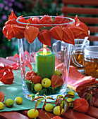 Windlicht mit Beeren und Früchten