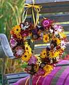 Herz mit Strohblumen, Beeren und Früchten