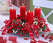 Adventskranz aus Abies procera (Nobilistanne), rote Kerzen, rote Kugeln