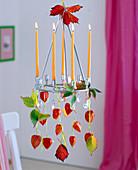 Hängekranz mit Physalis (Lampions), Rubus (Laub von Brombeeren), Kerzen