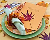 Rotes Blatt von Acer (Ahorn) auf 'Menü - Karte', Kranz aus Herbstlaub