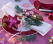 Cupressus (Arizonazypresse), Abies (Tanne) mit Weihnachtsbaumschmuck