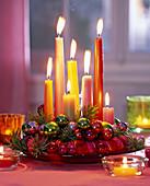 Kerzen mit Wachsplättchen auf