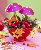 Rote Schale mit Pseudotsuga (Douglasie), Glas-Pilzen, Sternen