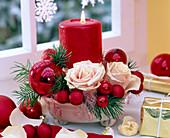 Gesteck mit Rosa (Rosen), Pseudotsuga (Douglasie), rote Weihnachtsbaumkugeln