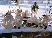 Laternen mit Schleifen, Tablett mit Kerzen, Ranke von Hedera (Efeu), Glaskugeln