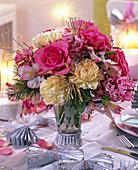 Strauß aus Rosa (Rosen), Dianthus (Nelken), Pseudotsuga (Douglasie)