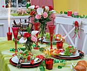 Tischdekoration an Silvester mit Sträußen aus Rosa (Rosen), Zantedeschia