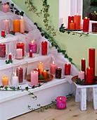 Treppe mit brennenden Kerzen und Hedera (Efeuranken) dekoriert