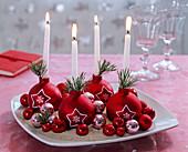 5-Minuten-Adventskranz aus roten Christbaumkugeln