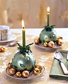 Christbaumkugeln als Kerzenhalter auf