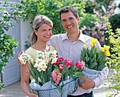 Junges Paar mit Narcissus (Narzisse), Tulipa (Tulpen)