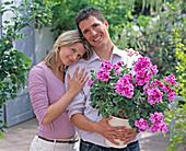 Junges Paar mit Pelargonium grandiflorum