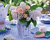 Strauß aus Syringa (Flieder), Rosa (Rosen) in zweckentfremdeter Porzellandose