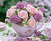 Rosa (Rosen), Syringa (Flieder) in Teekanne mit Rosen-Motiv, Blüten, Besteck