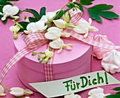 Rosa Schachtel dekoriert mit Dicentra (Tränendem Herz in weiß)