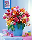 Strauß aus Tulipa (Tulpen) in blauer Vase auf Kommode, Schachteln