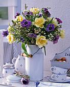 Strauß aus Tulipa (Tulpen), Anemone coronaria (Kronenanemone), Pittosporum