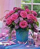 Strauß aus Rosa (Rosen), Syringa (Flieder), Asparagus (Zierspargel), Gras