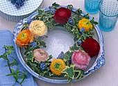 Frühlingskranz aus Ranunkeln, Traubenhyazinthen und Efeu