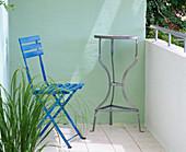 Vorher - Nachher - Balkon : blauer Klappstuhl, Tisch, hellgrüne Wand