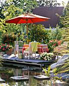 Terrasse aus Lärchenholz am Teich