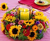 Kranz aus Helianthus (Sonnenblumen), Zinnia (Zinnien), Centaurea (Kornblume)