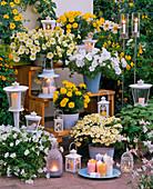 Abendterrasse mit Kerzen und Laternen