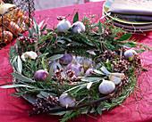 Kranz aus Rosmarinus (Rosmarin), Allium (Knoblauch), Olea (Olive)