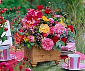 Strauß aus Rosa (Rosen), Origanum (Oregano), Foeniculum (Fenchel), Borago