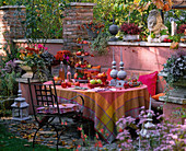 Herbstterrasse mit Sitzgruppe