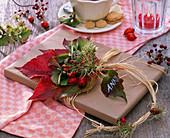 Geschenk mit kleinem Strauß aus Parthenocissus (Wildem Wein)