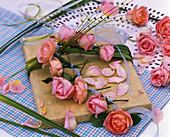 Geschenk mit Spartina (Goldleistengras), Rosa (Rosen) und -blütenblättern
