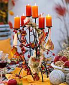 Kerzenhalter dekoriert mit Clematis (Waldrebe, Samenständen), Malus