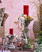 Säulen als Kerzenhalter dekoriert mit Clematis (Waldrebe), Lunaria