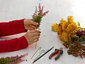Strauß mit Herbstchrysanthemen und Eichenlaub : 2/5