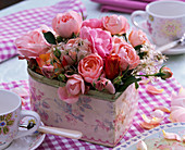 Strauß aus Rosa (Rosen) und Clematis (Waldrebe, Samenstände) in Dose