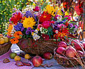 Strauß aus Dahlia (Dahlien), Calendula (Ringelblumen), Aconitum (Eisenhut)