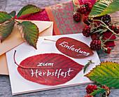 'Einladung zum Herbstfest' auf gepresste Blätter von Prunus (Kirsche)