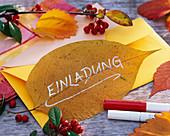 'Einladung' auf gepresstem Blatt von Catalpa (Trompetenbaum), Zweige