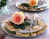 Serviettendeko : Rosa (Rosenblüte), Abies procera (Nobilistanne)