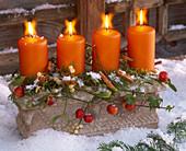 Adventsgesteck mit Viscum (Misteln), Malus (Zieräpfeln), Hedera (Efeu)