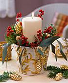 weiße Kerze im weiß - goldenen Übertopf, Ilex
