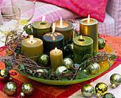 Grüne Kerzen in Glasschale mit Hedera (Efeuranke)