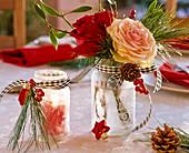 Kleine Schraubgläser mit Eisblumen - Spray als Windlicht und als Vase mit Rosa